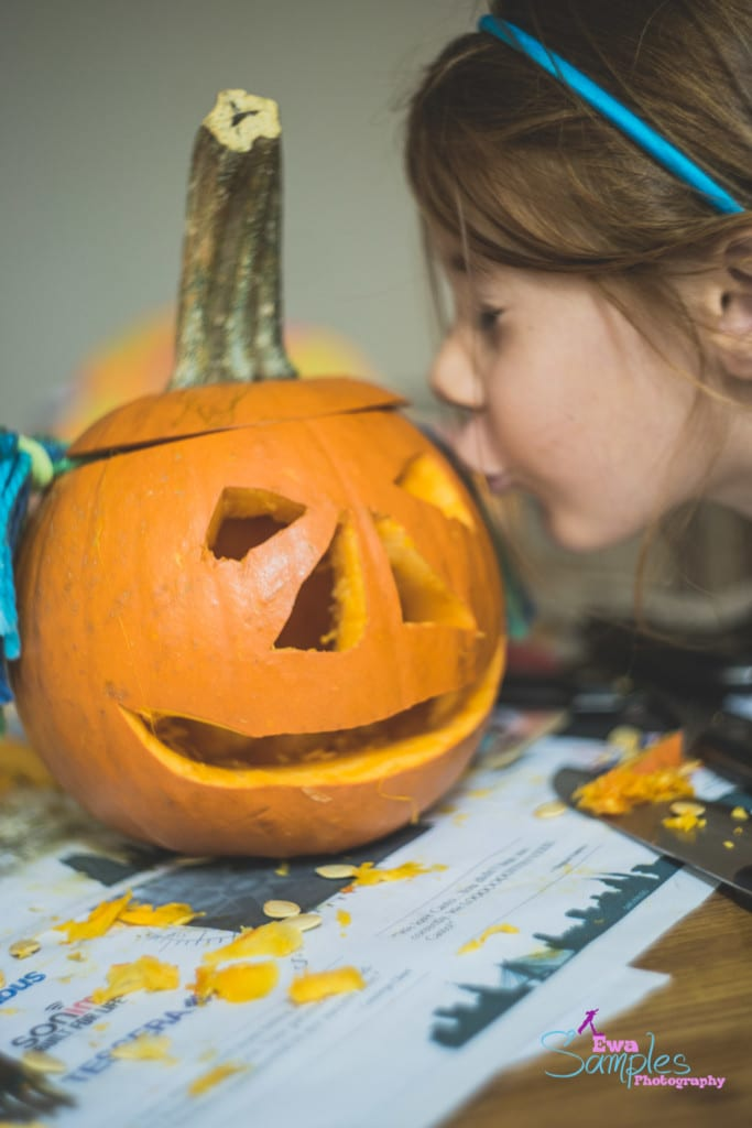 carving pumpking with kids-11