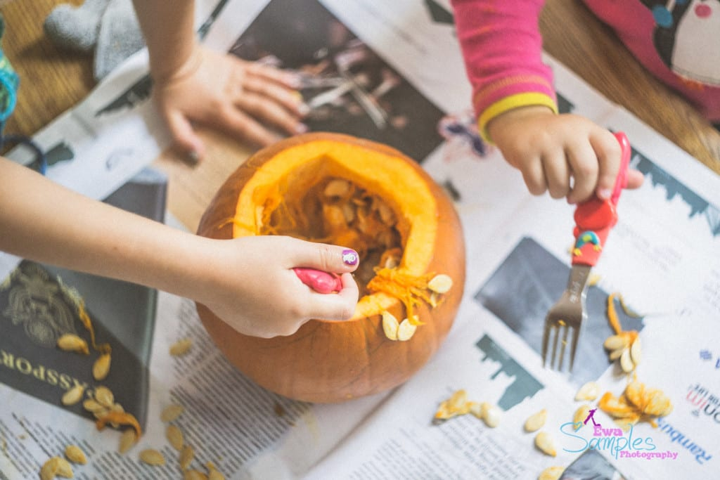 carving pumpking with kids-2