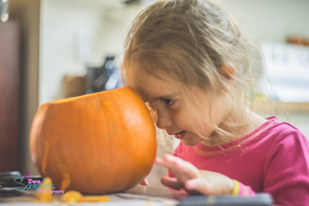 carving pumpking with kids-6
