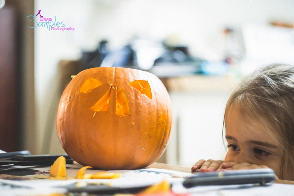 carving pumpking with kids-8